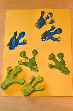 Preschool Arts & crafts Activities: Frog Footprints
